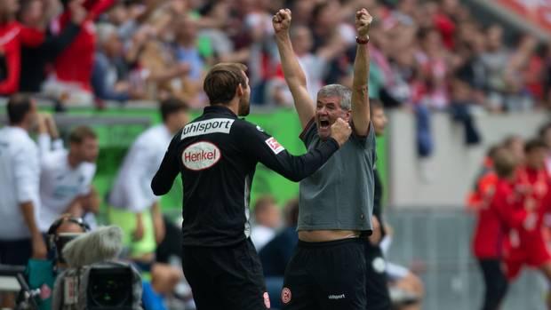 Düsseldorf-Coach Friedhelm Funkel (r.) feiert den überraschenden Sieg über Hoffenheim