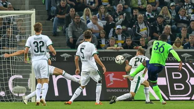 Schalkes Breel Embolo trifft zum 1:2-Anschlusstreffer gegen Gladbach