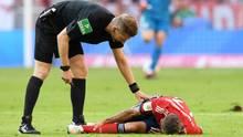Bayerns Rafinha liegt nach einem Foul von Leverkusens Bellarabi (nicht im Bild) am Boden