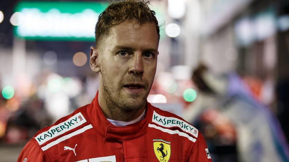 Mit einer Mischung aus Enttäuschung und Wut blickt Sebastian Vettel kurz nach dem Rennen in Singapur in die Kamera