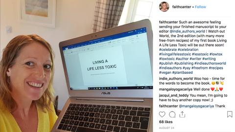Gesundheits-Coach Faith Canter mit dem Manuskript zu ihrem neuen Buch