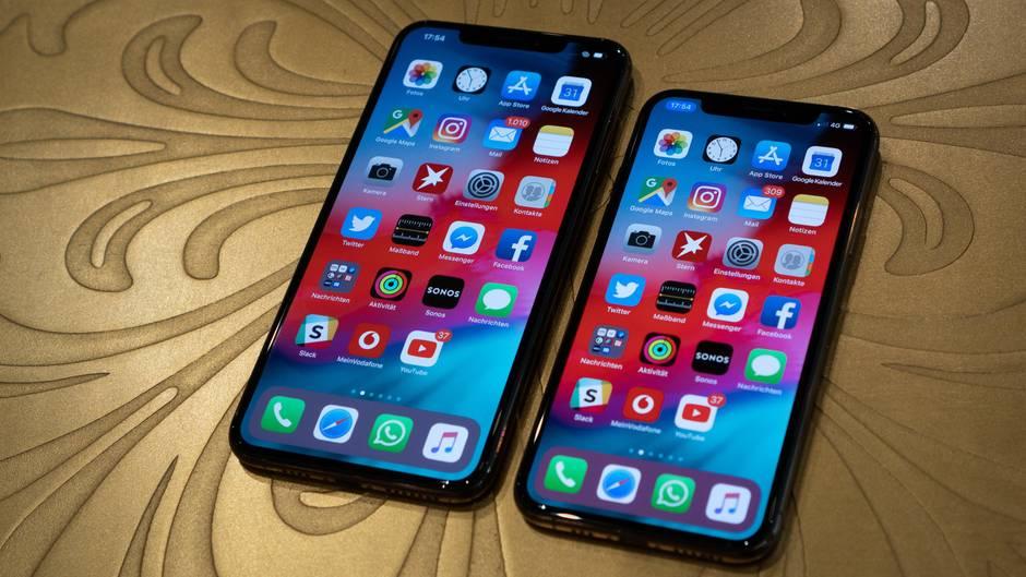 Groß und größer: Rechts sieht man das iPhone XS, dessen Bildschirm 5,8 Zoll misst. Das Display des iPhone XS Max (links) ist mit 6,5 Zoll noch einmal deutlich opulenter.