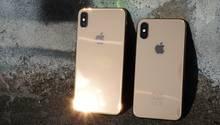 Das iPhone XS Max (links) neben dem etwas kleineren iPhone XS. Auffälligste optische Neuerung ist die goldene Farbe.