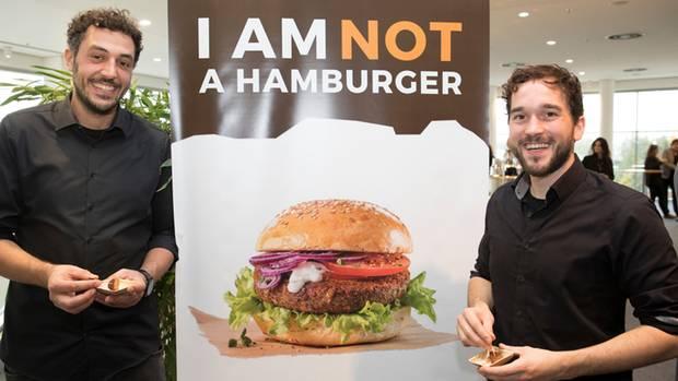Die Macher des InsektenburgersBaris Özel (links) und Max Krämer glauben an Insekten als Nahrungsmittel der Zukunft
