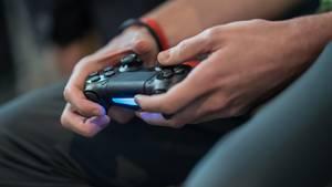 Ein Junge spielt Playstation