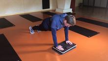 "Fitnesstrainer Nikolas Matthies testes ein Balance-Board namens ""Plankpad"""