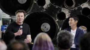 Elon Musk (l.) stellt den ersten Weltraumtouristen von SpaceX vor: der JapanerYusaku Maezawa