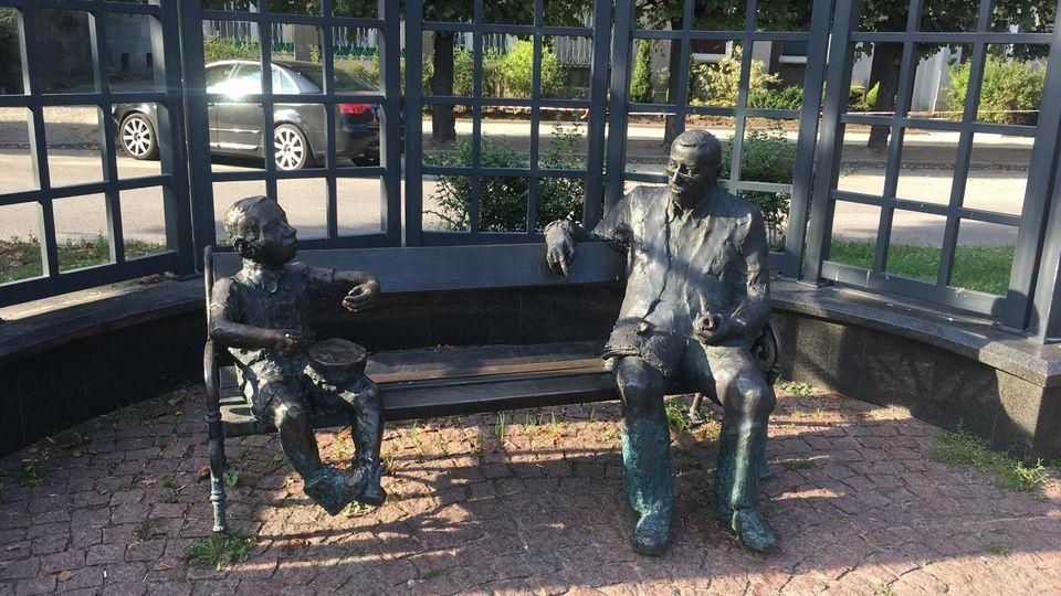 Oskar Matzerath und Günther Grass auf einer Bank in Danzig