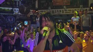 """Sorgt für Stimmung:""""Ikke Hüftgold"""" bei seinem letzten Konzert 2018 am bulgarischen Goldstrand."""