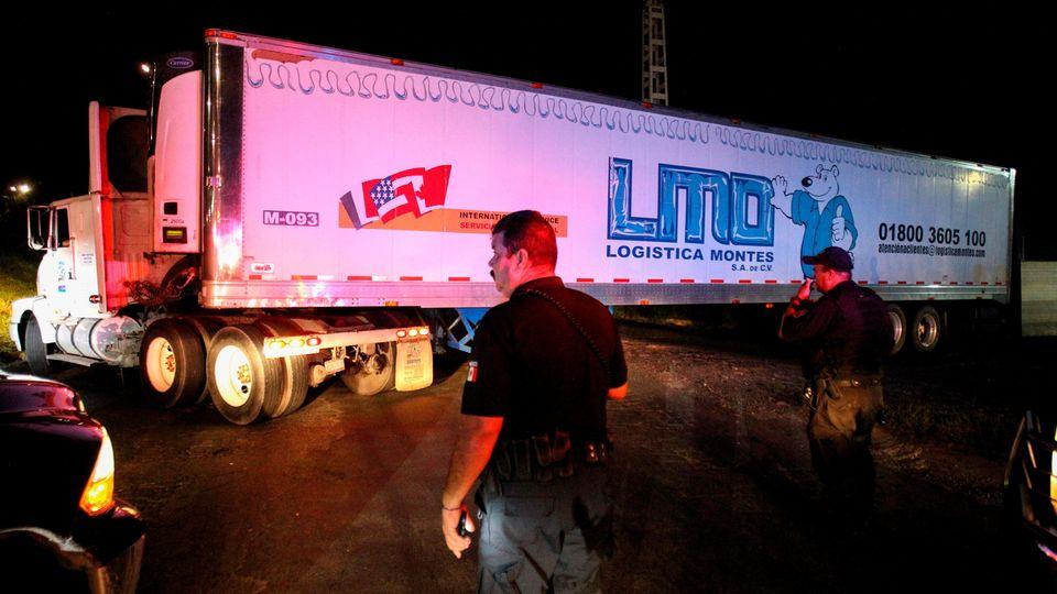 Die Polizei schaffte den Laster mit den 157 Leichen auf der Ladefläche weg