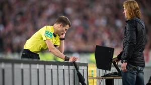 Schiedsrichter Benjamin Cortus überprüft eine Entscheidung mittels Videobeweis. Auch bei einer B-Liga-Partie in Kaiserslautern kam dieser jetzt zum Einsatz. Allerdings mit einem Zuschauer-Handy.