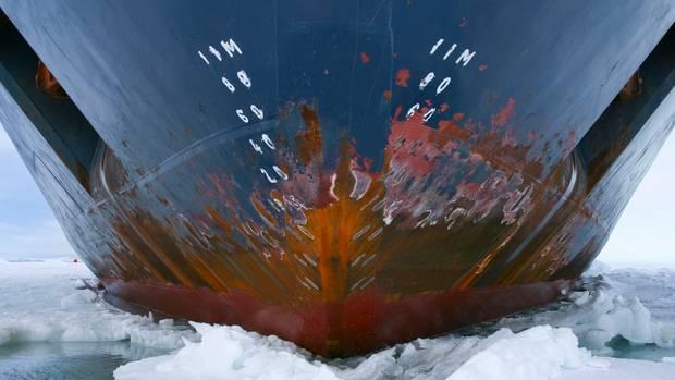 Eisbrecher im arktischen Ozean
