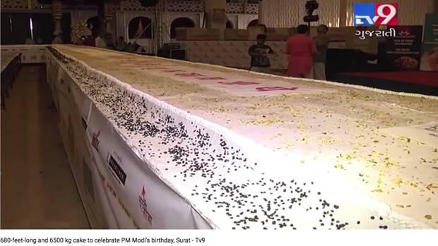 Screenshot aus einem Youtube-Video, das den riesigen Geburtstagskuchen für Indiens Premier Narendra Modi zeigt