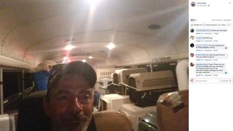 Tony Alsup vorn im Bild. Hinter ihm sind Boxen, in der die Tiere transportiert werden