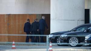 Horst Seehofer (r.) traf am frühen Nachmittag im Kanzleramt ein