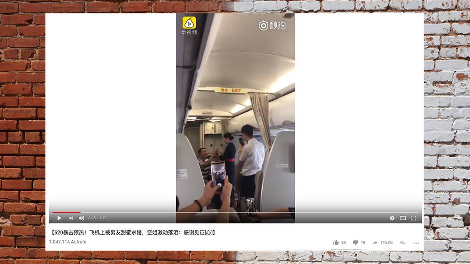 China: Stewardess gefeuert weil sie Hochzeitsantrag während der Arbeit annimmt