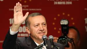 Der türkische Staatschef Recep Tayyip Erdogan winkt bei einem NRW-Besuch im Mai 2014