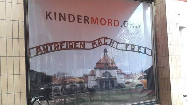 """""""Abtreiben macht frei"""" – mit diesem geschmacklosen Plakat werben Abtreibungsgegner in der Kölner Innenstadt"""