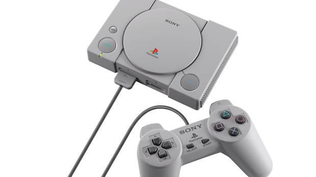 Graue Playstation-Spielekonsole mit Kontrollern