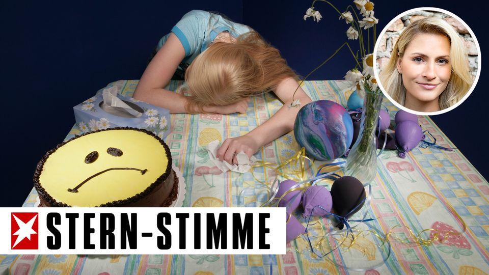 Trauriges Mädchen am Geburtstagstisch