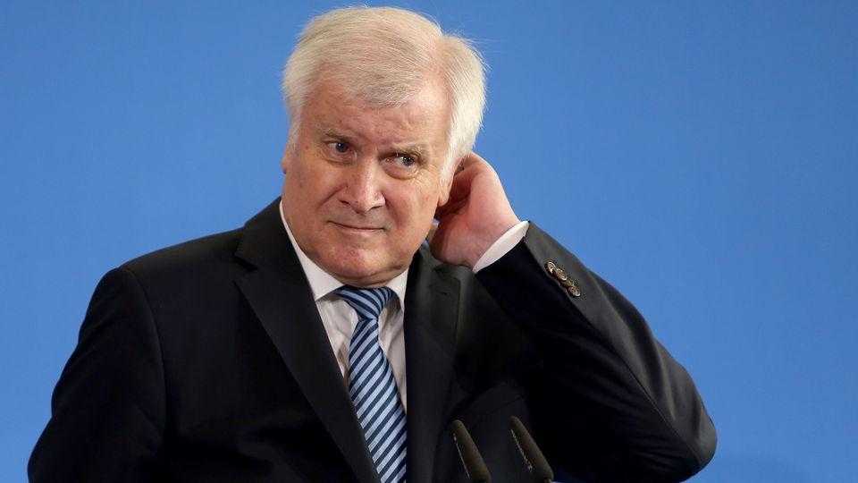 Horst Seehofer rechtfertigt die Versetzung von Hans-Georg Maaßen