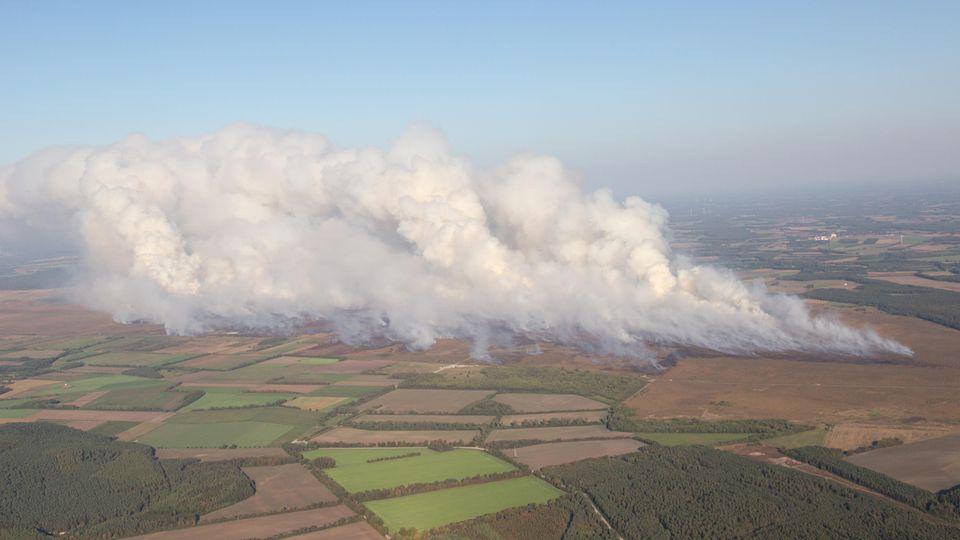 Rauchwolken steigen beim Moorbrand auf dem Gelände der Wehrtechnischen Dienststelle 91 (WTD 91) in Meppen auf.