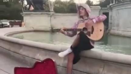 Romantische Geste: Vor dem Buckingham-Palast: Justin Bieber singt Liebeserklärung für seine Hailey