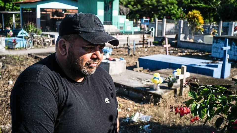 Vater Dìaz, 50, steht neben dem Grab von Angel in Potrerillos, der von einer der Gangs nach seiner Rückkehr ermordet wurde