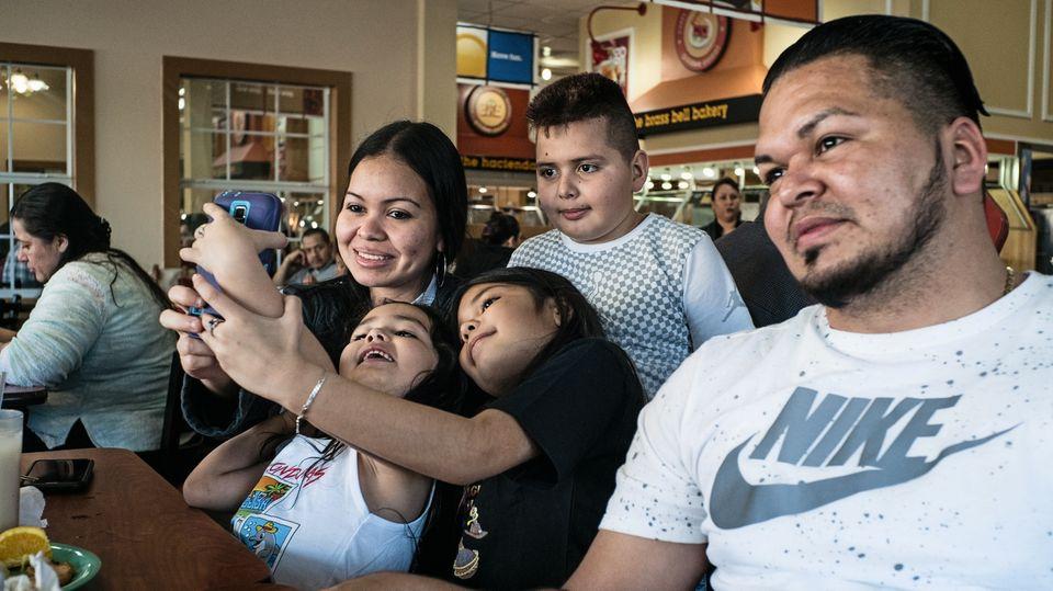 Oscar und seine Familie in einem Restaurant in Dallas, Texas. Er lebt in ständiger Angst vor den Behörden.