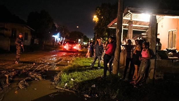 Ein Polizist bewacht einen Tatort in San Pedro Sula