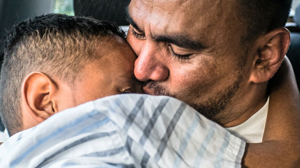 Luis, 33, herzt seinen Sohn auf dem Weg zurück vom Flughafen in Honduras. Er ist gerade aus den USA abgeschoben worden.