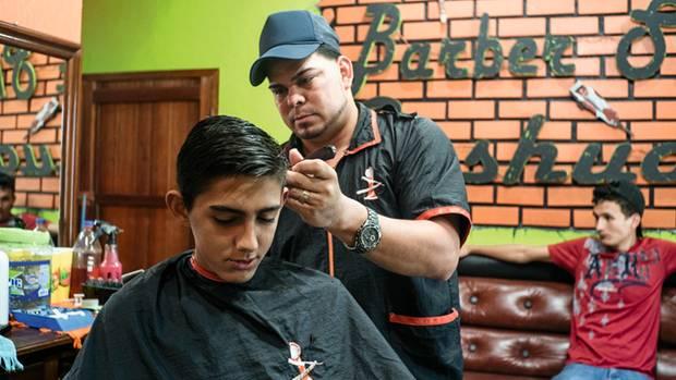Alex in seinem Friseurladen in San Luis. Hier, im Gebiet der Narcos, ist er sicher
