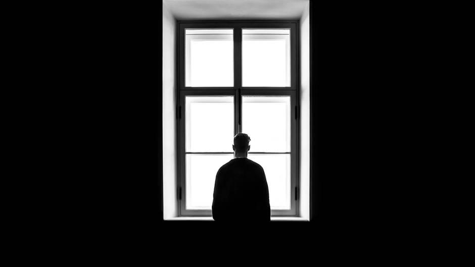 Ein Mann steht am Fenster