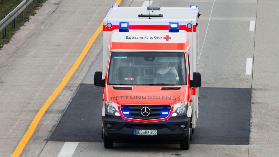 Ein Rettungswagen auf der Autobahn