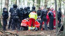 Notärzte versorgen einen Mann, der von einem Baumhaus im Hambacher Forst gefallen war. Er überlebte nicht.