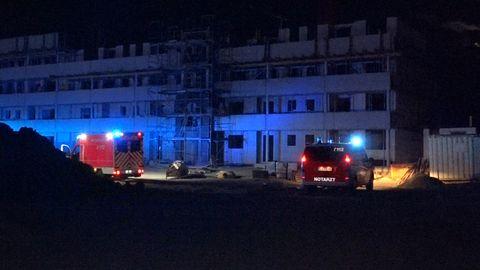 Rettungsfahrzeuge stehen vor einem Haus auf einer Baustelle im nordrhein-westälischen Kleve. Hier starb ein 19-Jähriger.