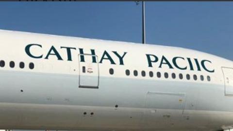 """""""CATHAY PACIIC"""": Airline schreibt eigenen Namen auf Flugzeug falsch - und macht sich selbst darüber lustig"""