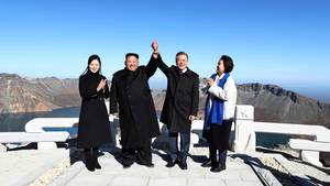Moon Jae In, Präsident von Südkorea (2.v.r) und seine Ehefrau Kim Jung Sook (r) stehen gemeinsam mit Kim Jong Un, Machthaber aus Nordkorea, und dessen Ehefrau Ri Sol Ju auf dem Vulkan Paektu.