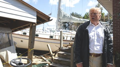 US-Präsident Donald Trump vor der angeschwemmten Jacht im Garten eines Hausbesitzers in North Carolina