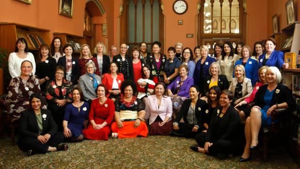 39 Politikerinnen des neuseeländischen Parlaments posieren für ein Foto.