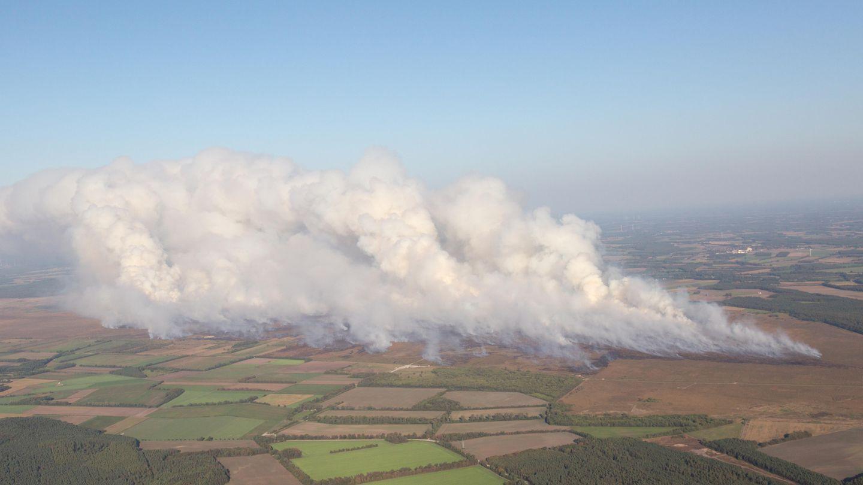 Rauchwolken steigen beim Moorbrand auf dem Gelände der Wehrtechnischen Dienststelle 91 (WTD 91) in Meppen auf. Auf einem Testgelände der Bundeswehrstehen seit etwa zwei Wochenriesige FlächenMoorland inBrand.