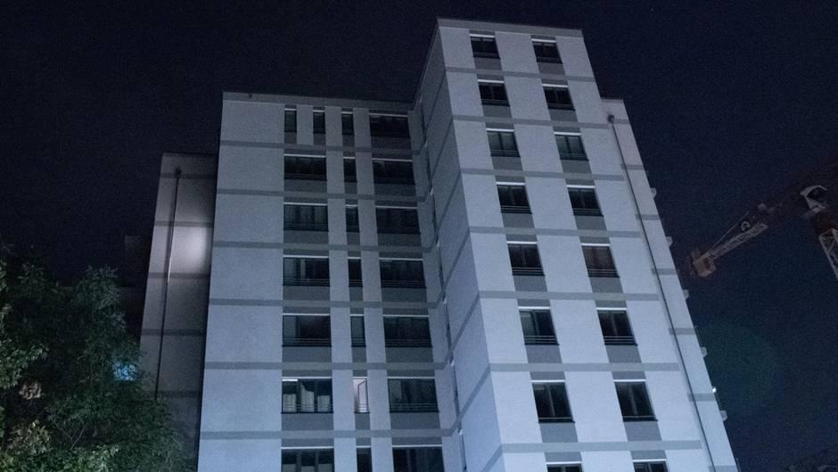 Aus diesem Wohnhaus in Berlin stürzten der Mann und das neun Monate alte Baby