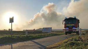 Ein Löschfahrzeug beim Moorbrand in Meppen, Niedersachsen