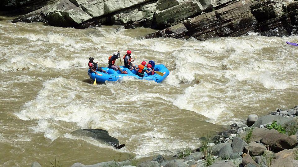 Dramatischer wird es in den Stromschnellen: Stellen des Pacuare Rivers bis zur Schwierigkeitsstufe 5 sind zu bewältigen