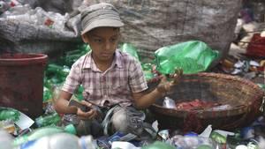 Der elfjährige Nur Aminaus Dhaka in Bangladesch sortiertin einer RecylingfabrikPlastikflaschen