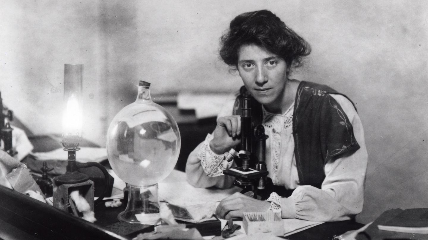 Marie Stopes in ihrem Labor.