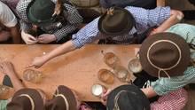 München, Deutschland. Eigentlich braucht's ja nicht mehr als ein paar Maß, damit in den Wiesn-Zelten der Tisch gedeckt ist. Schließlich braucht man später noch Platz, wenn die Musi einen auf die Tische treibt. O'zapft is - zum 185. Mal übrigens.