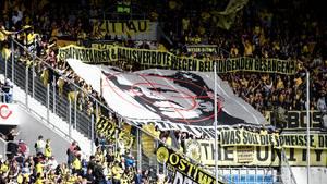 BVB-Fans zeigen wieder ein Banner, das ein Porträt von Hoffenheim-Mäzen Dietmar Hopp im Fadenkreuz zeigt