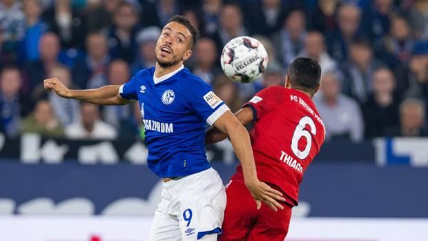 Schalkes Franco Di Santo (l.) und Bayerns Thiago kämpfen um den Ball