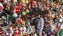 """Manila, Philippinen. Bei dem Anblick fällt einem fast zwingenddas geflügelte Wort von Franz Beckenbauer ein (das - zur Erinnerung - aus einem Werbespot stammt): """"Ja, is' denn heut scho' Weihnachten?"""" Die Antwortet lautet: ja, zumindest ist schon Weihnachtszeit. Die Christen auf den Philippinen - rund 70 Prozent der Bevölkerung - feiern die wohl längste Weihnachtszeit der Welt. Ab sofort sind die Verkaufsstände dort mit Weihnachtsnippes bestens bestückt."""